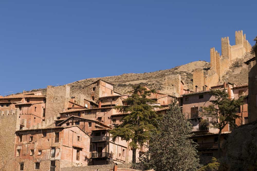 Fotografia de las murallas de Albarracin con la ciudad a sus pies