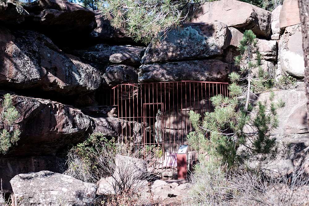 Imagen de las pinturas rupestres de albarracin protegidas por una valla