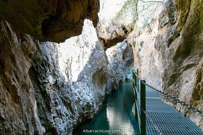 Fotografía de la Ruta Barranco de la Hoz en Calomarde con Pasarelas metálicas sobre el Río Blanco