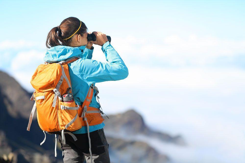Fotografía de una mujer observando la berrea en la sierra de Albarracin