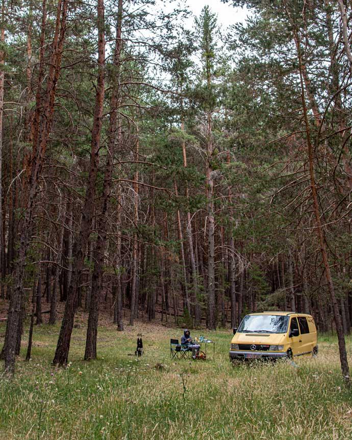 Fotografia de una autocaravana o camper en la sierra de Albarracin