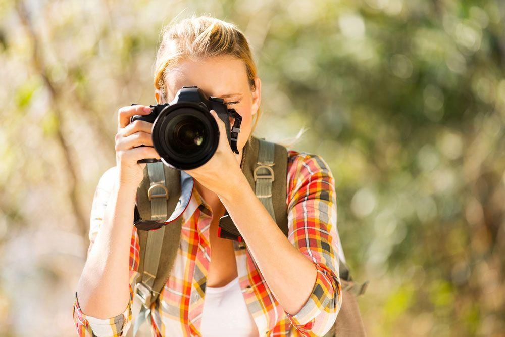 Imagen de un fotografo disfrutando de los paisajes otoñales