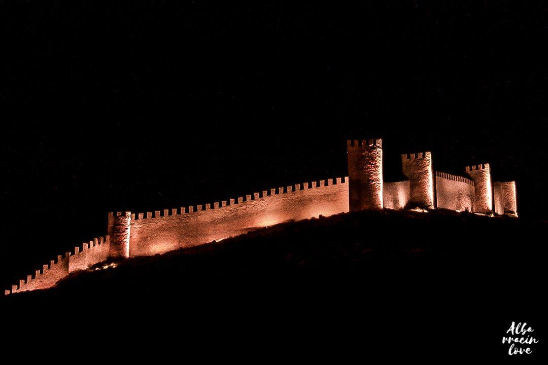 Fotografía de las Murallas de Albarracin iluminadas
