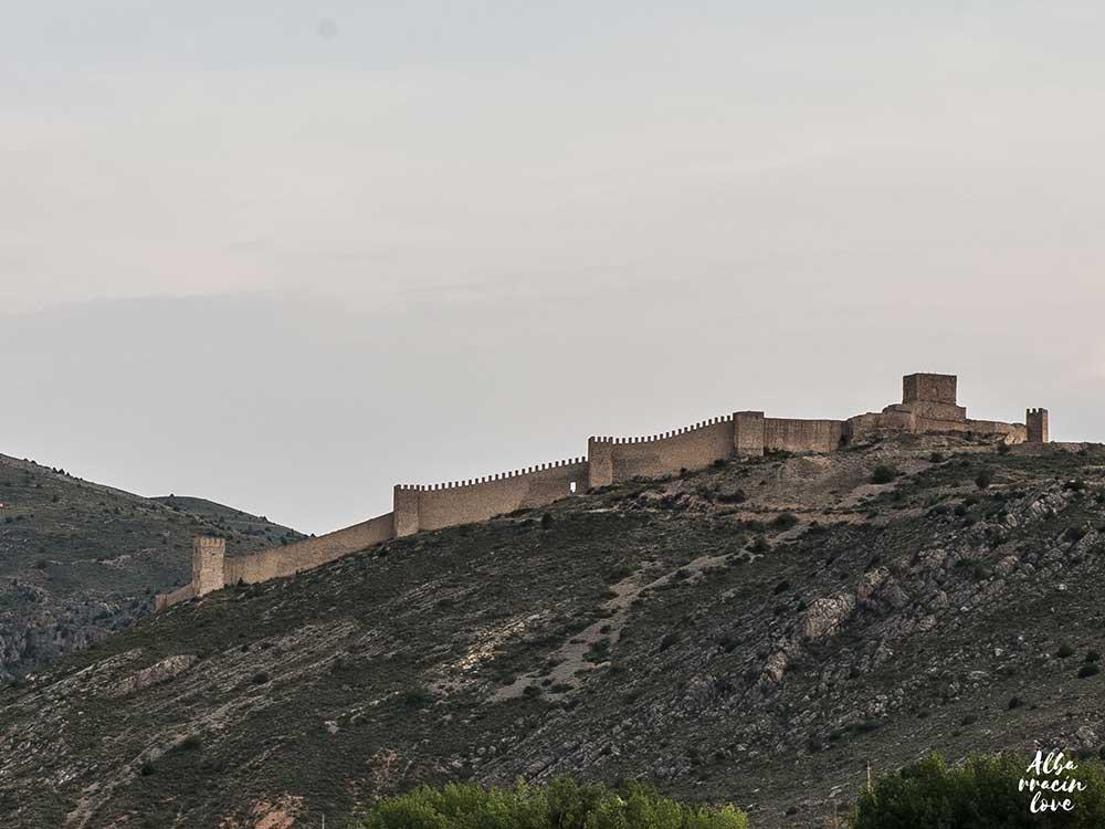 Imagen de las Murallas de Albarracín desde abajo