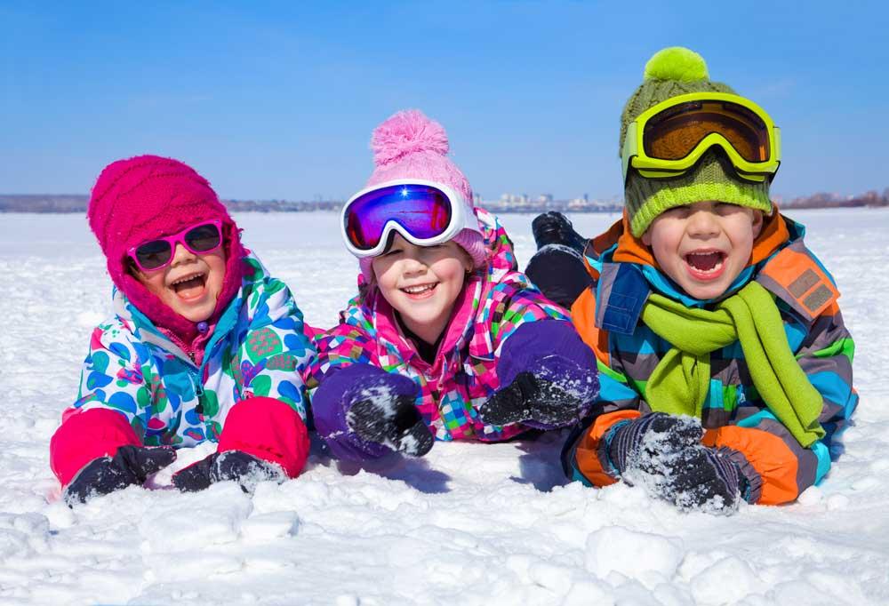 Fotografía de Nieve y niños en albarracin en invierno