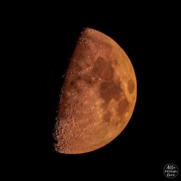 Fotografía de la Luna hecha con un telescopio