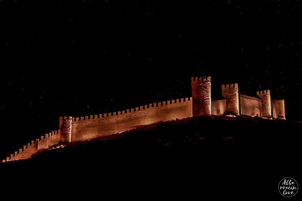 Fotografía nocturna de las Murallas de Albarracín