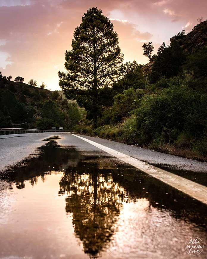 Fotografía de una carretera con lluvia en la Sierra de Albarracín