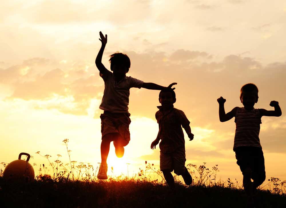 Fotografía de nenes corriendo por el campo