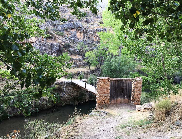 Fotografia de la puerta de entrada a una huerta en Albarracin