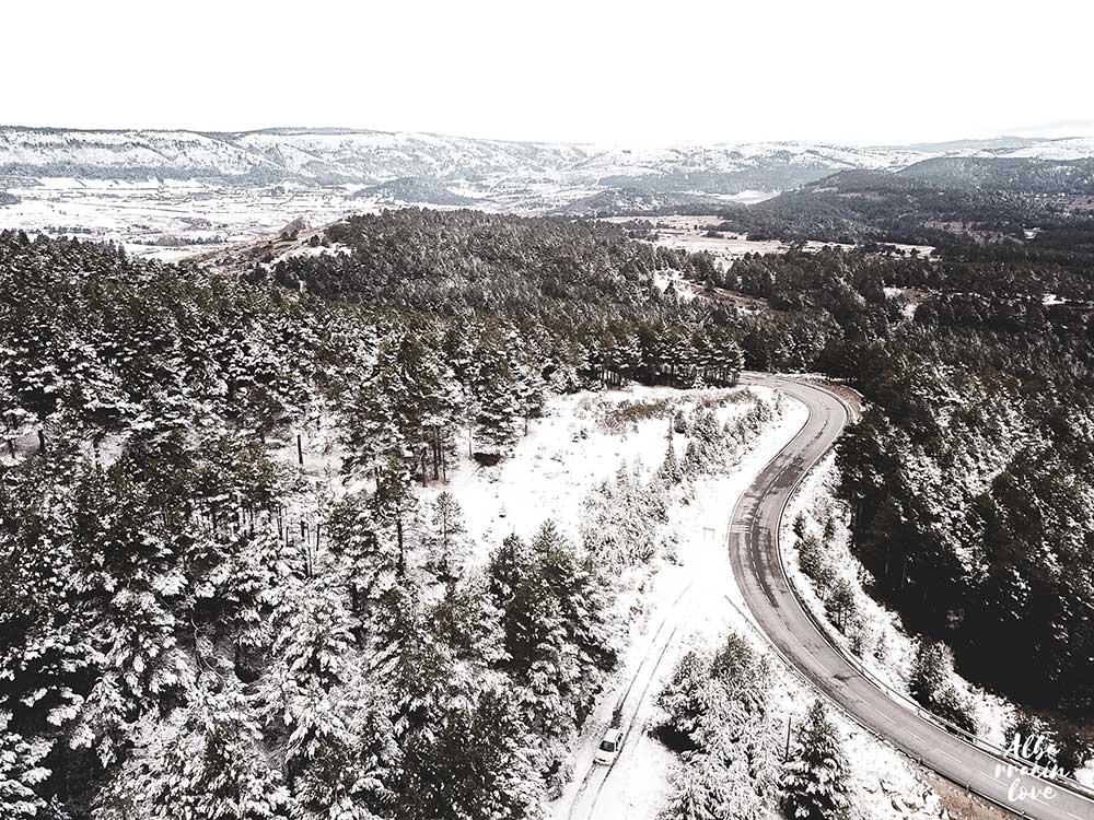 Imagen aerea de una carretera en la sierra de albarracin